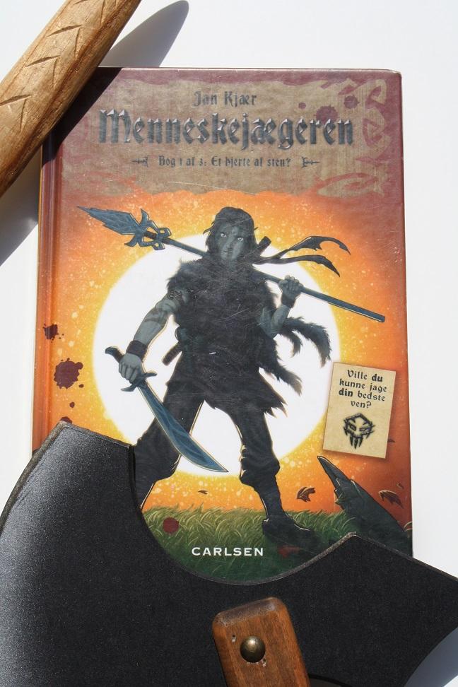 """Billede af Jan Kjærs bog """"Menneskejægeren - Bog 1 af 3: Et hjerte af sten""""."""