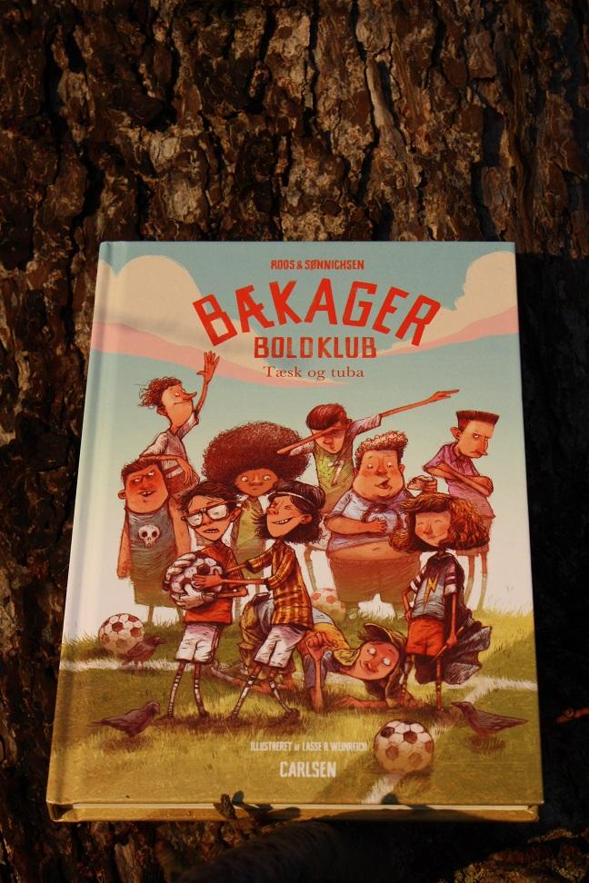 """Billede af Jesper Roos Jacobsen og Ole Sønnichsens bog """"Bækager Boldklub: Tæsk og tuba""""."""