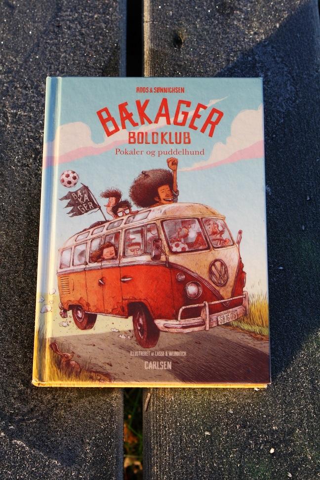 """Billede af Roos & Sønnichsens bog """"Bækager Boldklub: Pokaler og puddelhund""""."""