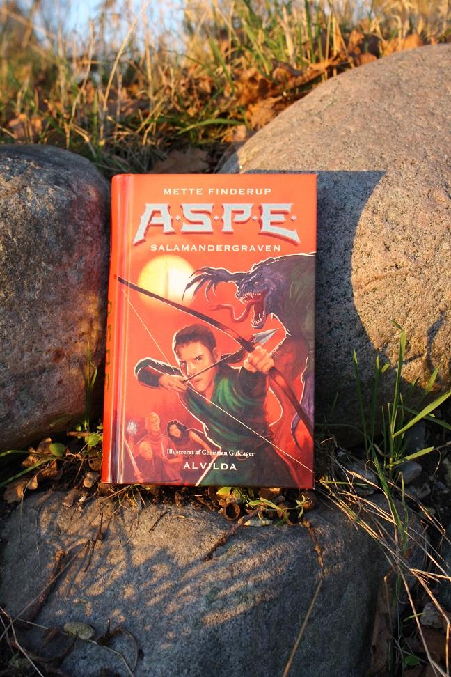 """Billede af Mette Finderups bog """"A.S.P.E. 4: Salamandergraven""""."""
