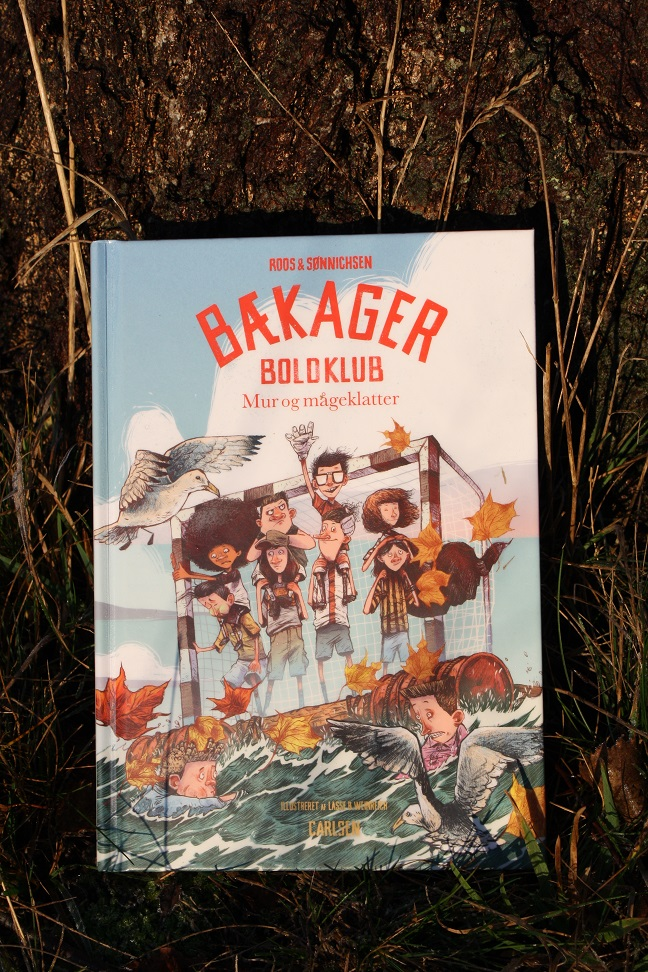 """Billede af Roos & Sønnichsens bog """"Bækager Boldklub: Mur og mågeklatter""""."""
