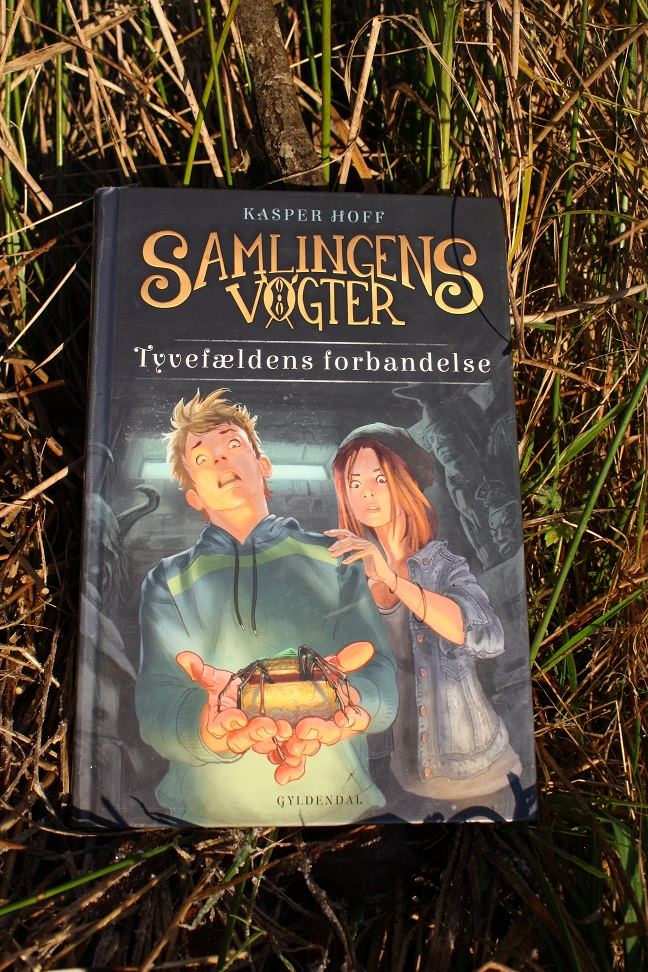 """Billede af Kasper Hoffs bog """"Samlingens vogter 1 - Tyvefældens forbandelse""""."""