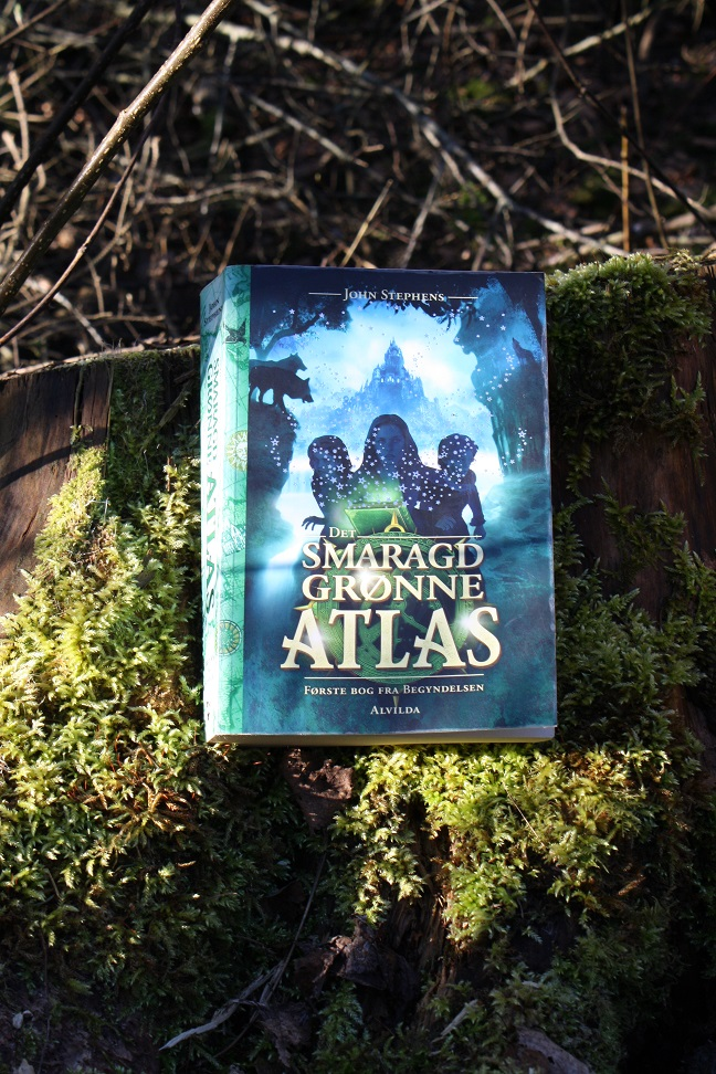 """Billede af John Stephens bog """"Det smaragdgrønne atlas - Første bog fra Begyndelsen""""."""